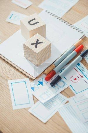 Photo pour Mise au point sélective de cubes avec des lettres X et mise en page d'applications Web sur une table en bois - image libre de droit