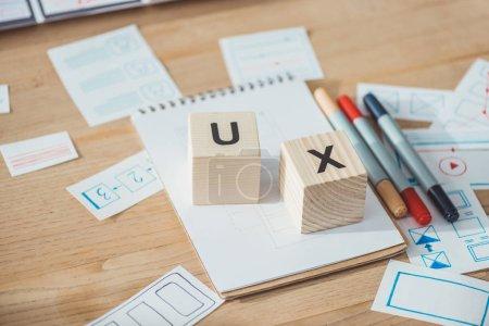 Photo pour Concentration sélective des cubes en bois avec des lettres ux et des applications de gabarit de site Web sur la table en bois - image libre de droit