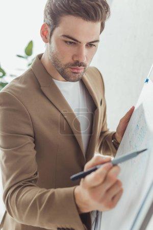 Photo pour Focus sélectif du beau designer développant l'interface de l'application ux sur le tableau blanc dans le bureau - image libre de droit