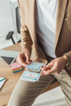 Foto de Vista cruzada de los diseñadores de ux que trabajan con diseños y plantillas de sitios web móviles en la oficina. - Imagen libre de derechos