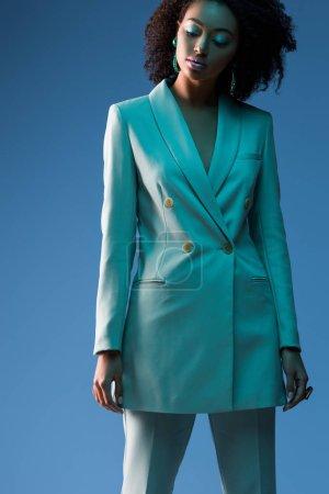 Photo pour Attrayant afro-américain femme en costume isolé sur bleu - image libre de droit