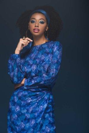 Photo pour Attrayant afro-américain femme regardant caméra isolée sur bleu - image libre de droit