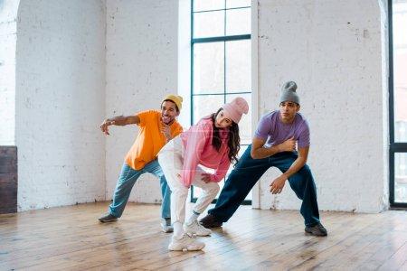 jeunes danseurs multiculturels en chapeaux breakdance