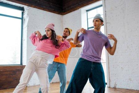 chica breakdance y el gesto con el estilo multicultural de los hombres en sombreros