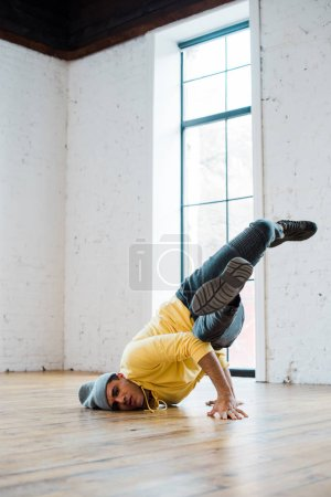Photo pour Homme élégant dans chapeau breakdance en studio de danse - image libre de droit