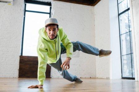 Photo pour Jeune homme afro-américain en casquette breakdance en studio de danse - image libre de droit