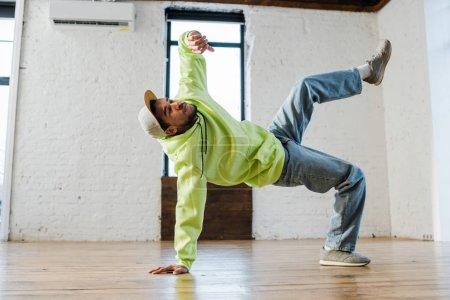 élégant homme afro-américain breakdance en studio de danse