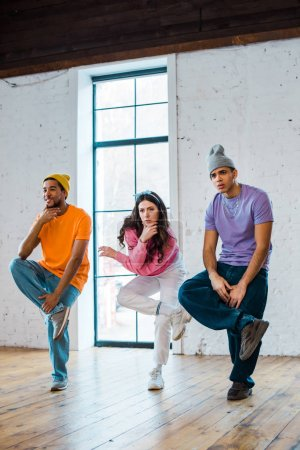 Stylische Frauen und multikulturelle Männer Breakdance