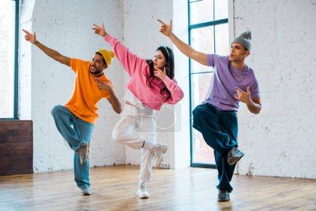 Stylische Frauen und multikulturelle Männer gestikulieren und Breakdance
