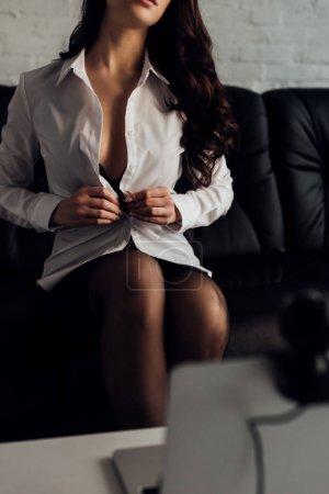 Photo pour Focus sélectif de fille sexy décoller chemise devant un ordinateur portable avec caméra web - image libre de droit