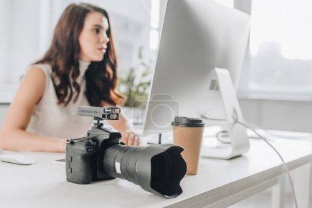 Photo pour Focus sélectif de l'appareil photo numérique près d'un éditeur artistique attrayant en studio - image libre de droit