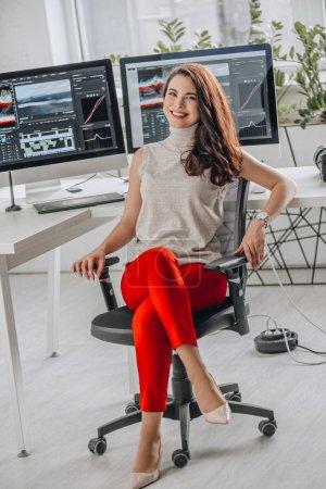 Photo pour Heureux et attrayant éditeur d'art près des moniteurs d'ordinateur - image libre de droit
