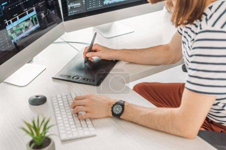 Foto de Vista recortada del editor que escribe en el teclado del ordenador - Imagen libre de derechos