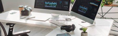 Panoramaaufnahme von Computermonitoren mit Storyboard in der Nähe der Digitalkamera auf dem Tisch