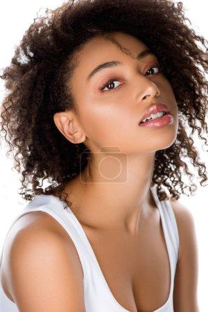 Photo pour Belle fille afro-américaine bouclée avec des appareils dentaires, isolé sur blanc - image libre de droit