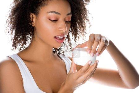 Photo pour Afro-américaine fille avec peau parfaite tenant récipient en plastique avec crème visage, isolé sur blanc - image libre de droit