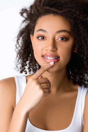 Photo pour Cher souriant afro-américain fille avec des appareils dentaires lèvres touchantes, isolé sur gris - image libre de droit