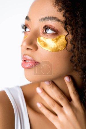 Photo pour Attrayant afro-américain fille avec des patchs d'oeil d'or, isolé sur gris - image libre de droit
