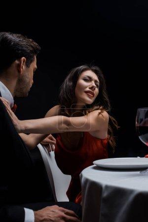 Photo pour Un couple élégant se querelle au cours d'un dîner romantique isolé sur un noir - image libre de droit