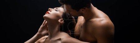 Photo pour Vue panoramique de belle femme nue debout dos à l'homme musclé isolé sur noir - image libre de droit
