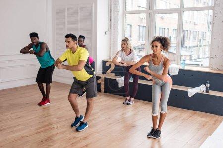 Photo pour Des danseurs de zumba multiculturels s'entraînent ensemble dans un studio de danse - image libre de droit