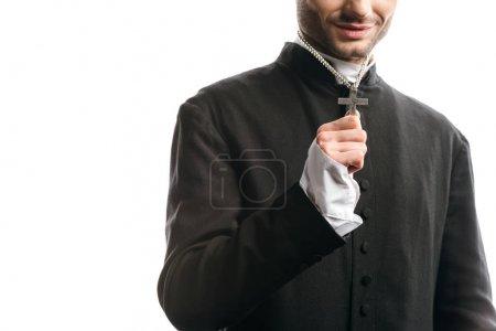 Photo pour Vue recadrée du prêtre catholique montrant sainte croix sur son collier isolé sur blanc - image libre de droit