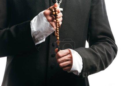 Photo pour Vue recadrée du prêtre catholique tenant des perles de chapelet en bois isolées sur blanc - image libre de droit