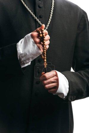 Photo pour Vue partielle du prêtre catholique tenant des perles de chapelet en bois isolées sur blanc - image libre de droit