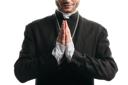 Photo pour Vue recadrée du prêtre catholique en soutane noire priant isolé sur blanc - image libre de droit