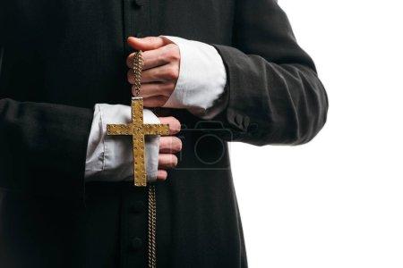 Photo pour Vue recadrée du prêtre catholique tenant collier avec croix d'or isolé sur blanc - image libre de droit