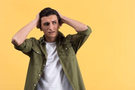 Foto de Retrato de un joven preocupado, aislado en amarillo - Imagen libre de derechos