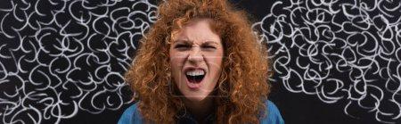 Photo pour Plan panoramique de rousse en colère femme criant avec de la vapeur dessin sur tableau noir - image libre de droit