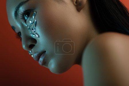 Photo pour Belle nu asiatique fille avec brillant strass sur visage - image libre de droit