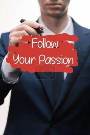Photo pour Foyer sélectif de l'homme d'affaires en tenue formelle stylo marqueur près suivre votre passion lettrage sur blanc - image libre de droit