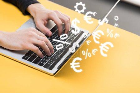 Photo pour Image en croix d'un pirate informatique utilisant un ordinateur portatif près d'enseignes monétaires - image libre de droit