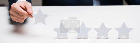 Foto de Plano panorámico del hombre de negocios con estrella, concepto de calidad - Imagen libre de derechos