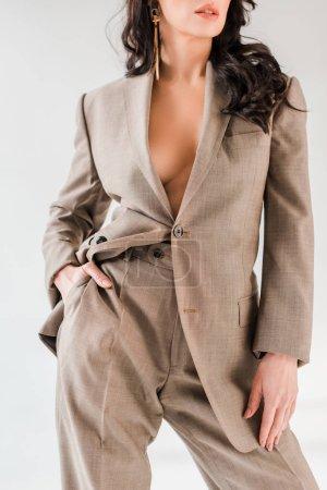 Photo pour Vue recadrée de femme élégante en costume avec la main dans la poche isolé sur gris - image libre de droit