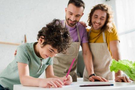 selektywny ostrość mieszane rasy dziecko rysunek obraz w pobliżu szczęśliwy homoseksualnych rodziców