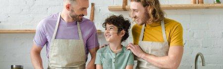 Photo pour Plan panoramique de heureux parents homosexuels avec fils métis - image libre de droit