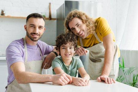 słodkie mieszane rasy dziecko uśmiecha się blisko szczęśliwy homoseksualnych rodziców