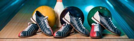 Photo pour Plan panoramique de chaussures de bowling, boules et skittles dans le club de bowling - image libre de droit