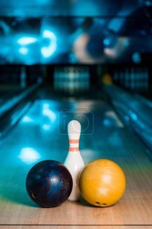 Photo pour Foyer sélectif des boules de bowling et skittle sur le club de bowling - image libre de droit