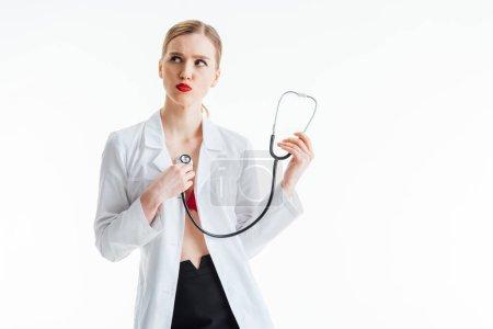 Photo pour Infirmière sexy en manteau blanc tenant stéthoscope isolé sur blanc - image libre de droit