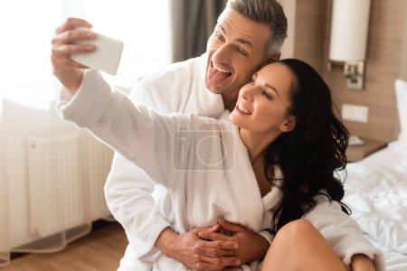 Photo pour Petit ami qui sort sa langue et petite amie qui s'endort à l'hôtel - image libre de droit
