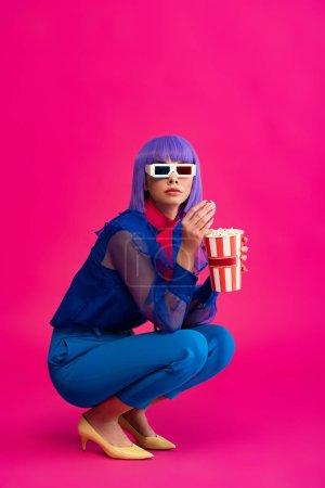 Photo pour Jolie fille pop art en perruque violette et lunettes 3D manger du pop-corn, sur rose - image libre de droit
