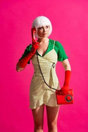 Photo pour Belle fille pop art en perruque blanche parlant sur téléphone rétro, isolé sur rose - image libre de droit