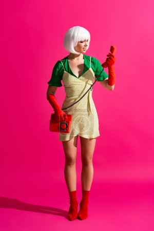 Foto de Shock pop art girl in white wig talking on retro telephone, on pink art girl. - Imagen libre de derechos