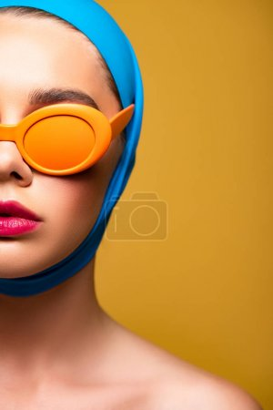 Photo pour Femme nue en écharpe et lunettes de soleil orange à la mode, isolé sur jaune - image libre de droit