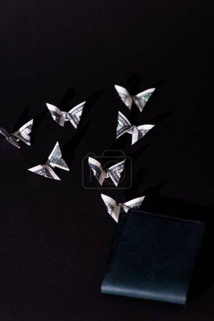 Photo pour Argent décoratif origami papillons près de portefeuille isolé sur noir - image libre de droit