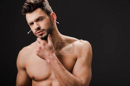 Photo pour Sexy réfléchi nu homme avec des écouvillonnages d'oreille isolé sur noir - image libre de droit